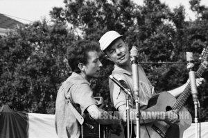 FOFM-Bob-Dylan-Pete-Seeger-Newport-Folk-Festival-1963-Newport-R.-I.-M4271-21-A115-NFF63Folk14-Edit